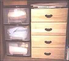 押入下段。左はひとり暮らし最初に買ったプラケース。ぐちゃぐちゃです。