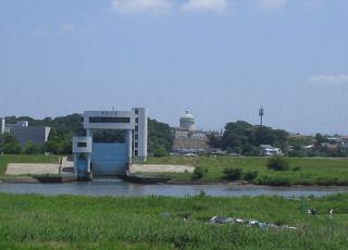 柳原水門と栗原配水塔