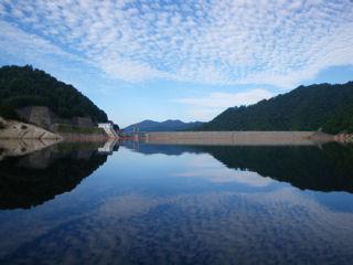 カヌーでおでかけ1・ダム湖からダムを望む。近づけないのが残念。