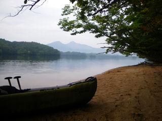 朝のひと漕ぎ。曇り空の磐梯山。