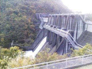 城山ダム・放流中