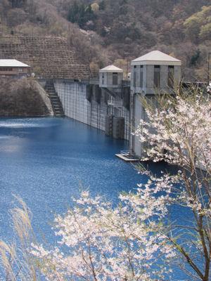 青い奥四万湖と四万川ダム
