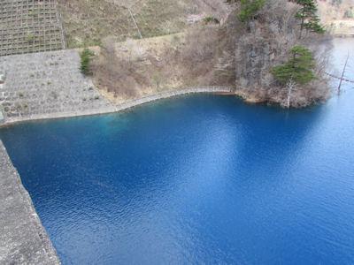 青い奥四万湖