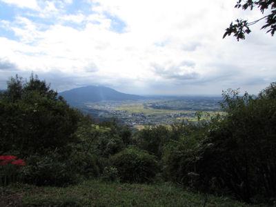 雨引山の山頂から、筑波山と関東平野